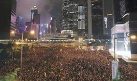 「逃亡犯条例」改正案の撤回を求め香港中心部の道路を埋めるデモ参加者ら=16日(共同)。加工された写真は記事中にリンクを貼っています