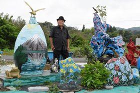 国道270号沿いに花や山を描いた作品を飾る有留治雄さん=南さつま市加世田武田