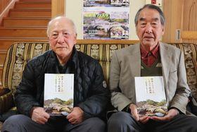 「冊子を多くの人に読んでもらいたい」と話す伊藤さん(左)=諫早市、日の出町公民館