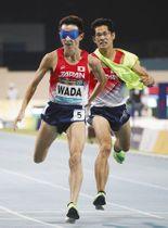 男子1500メートル(視覚障害)決勝4位でゴールする和田伸也(左)。東京パラリンピック代表に内定した=ドバイで(共同)