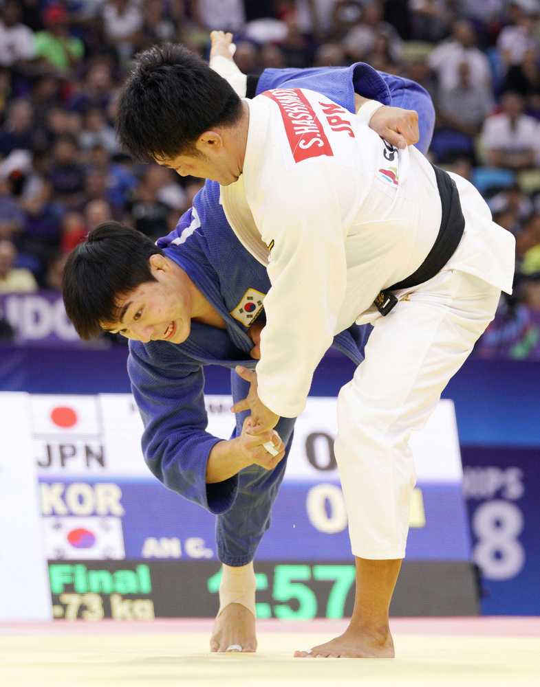 昨年9月の世界選手権男子73㌔級で、橋本壮市(右)を破り優勝した安昌林=アゼルバイジャン・バクー(共同)