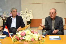 知事にパラグアイ訪問を呼び掛ける平井さん(右)と上田さん=県庁