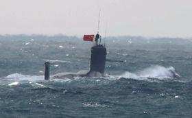 中国国旗を掲揚して航行する潜水艦=12日午後、尖閣諸島北西の東シナ海(防衛省提供)