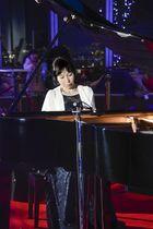 「あべのハルカス」の展望台でピアノを奏でる積山理架子さん=18日午後、大阪市阿倍野区