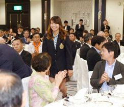 拍手に迎えられて入場する渋野日向子選手(中央)