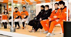 県内プロ3球団の選手が試合にかける思いなどを語った「えひめプロ・スポーツフェスタ」=14日、松山市の大街道商店街