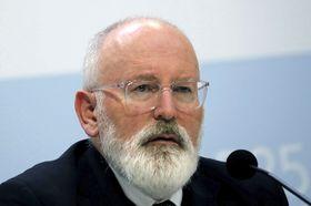 12日、マドリードのCOP25の会場で記者会見する、EU欧州委員会のティメルマンス執行副委員長(ロイター=共同)