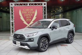 日本カー・オブ・ザ・イヤーに選ばれたトヨタ自動車の「RAV4」=6日、東京都江東区