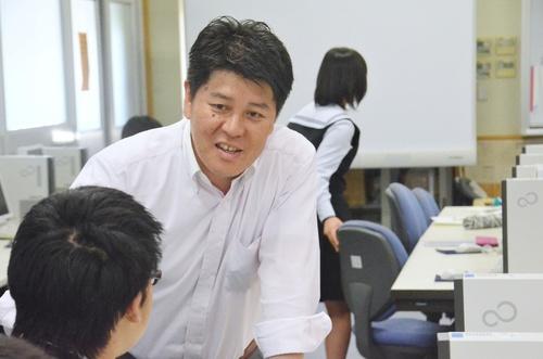生徒と話す吉田真一教諭。笑顔が柔らかい