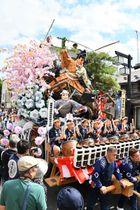 華やかな山車が練り歩き、沿道の観衆を魅了した盛岡秋まつりの八幡下りパレード