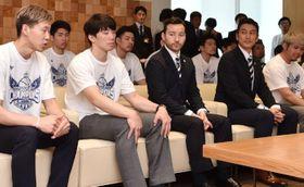 県スポーツ栄誉賞を受賞し、今季を振り返る武井(左)ら
