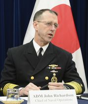 会見する米海軍制服組トップのリチャードソン作戦部長=18日、東京都内