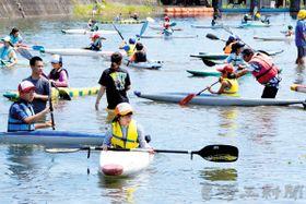 カヌーを体験する「すばる探検隊」の参加者ら=埼玉県小川町の栃本親水公園