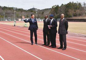 コートジボワールのウェヤ特命全権大使(左から2人目)、ンゲッサン参事官(右)に施設を紹介する尾関市長(左)=関市塔ノ洞の中池公園陸上競技場で