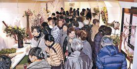 通路を埋め、作品を鑑賞する来場者=金沢市のめいてつ・エムザ8階催事場