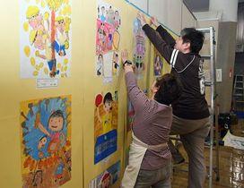入賞作品の展示作業を行うスタッフ=14日午後、青森市の県立郷土館
