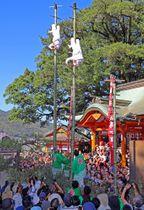 2匹の白狐が妙技を披露し見物客を沸かせた「竹ン芸」=長崎市、若宮稲荷神社