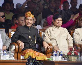 大統領選開始を宣言する式典に登壇したインドネシアのジョコ大統領(左)とグリンドラ党のプラボウォ党首=23日、ジャカルタ(共同)