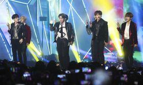 公演する韓国の男性音楽グループ「BTS(防弾少年団)」のメンバーら=6日、韓国・仁川(聯合=共同)