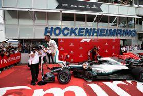 F1ドイツGPで優勝し、マシンとともにポーズをとるルイス・ハミルトン=22日、ホッケンハイム(ゲッティ=共同)