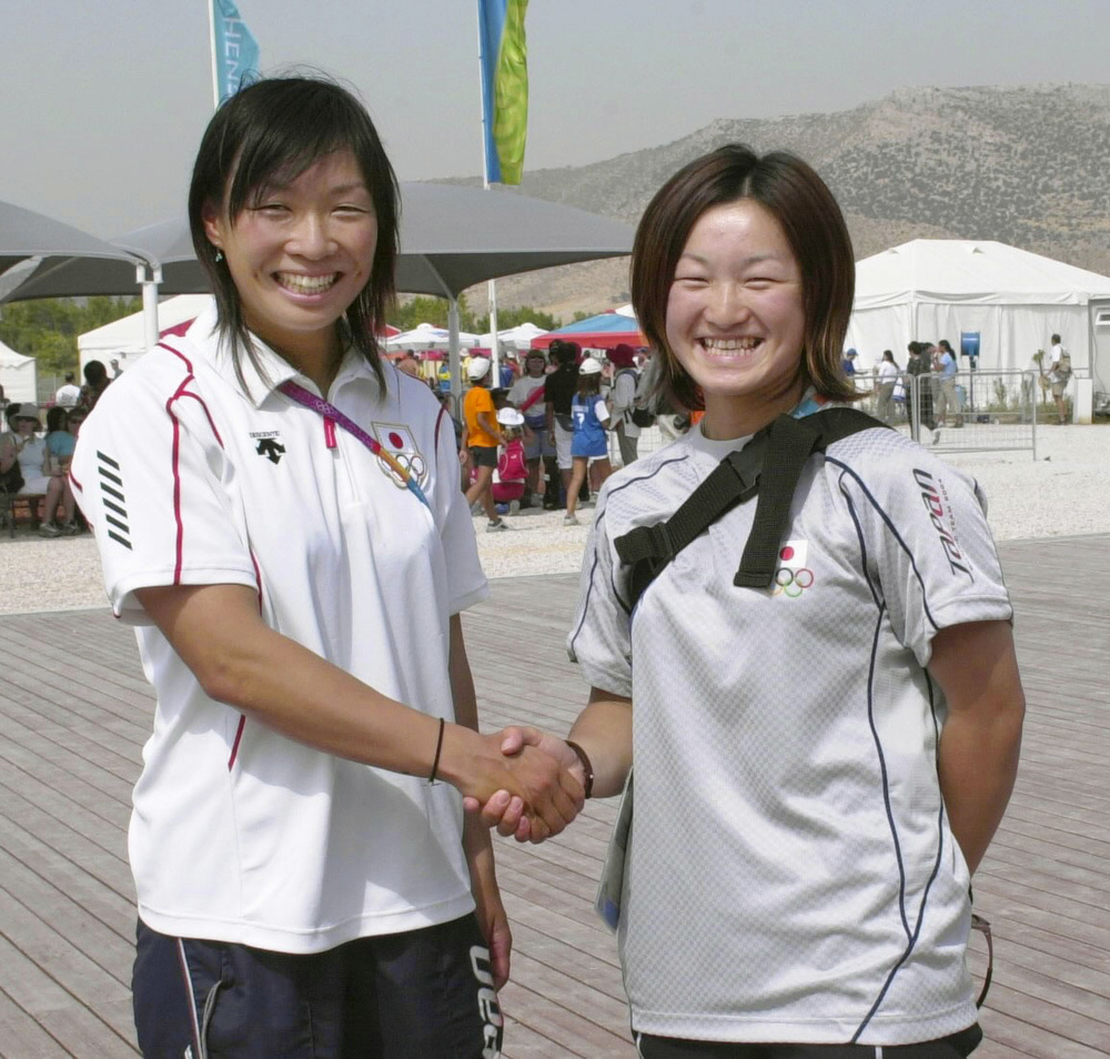山形新聞社提供、山形・谷地高の先輩後輩で2004年アテネ五輪にカヌー代表としてそろって出場した竹屋美紀子(左)と白田美由希