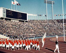 1964年東京五輪開会式で入場行進する日本選手団=国立競技場