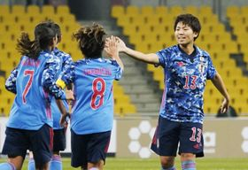 日本―台湾 後半、ゴールを決めタッチを交わす清家(右)=釜山(共同)