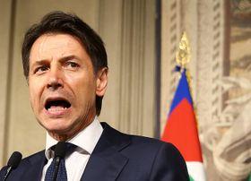 マッタレッラ大統領との会談後、取材に応じるコンテ氏=27日、ローマ(ロイター=共同)