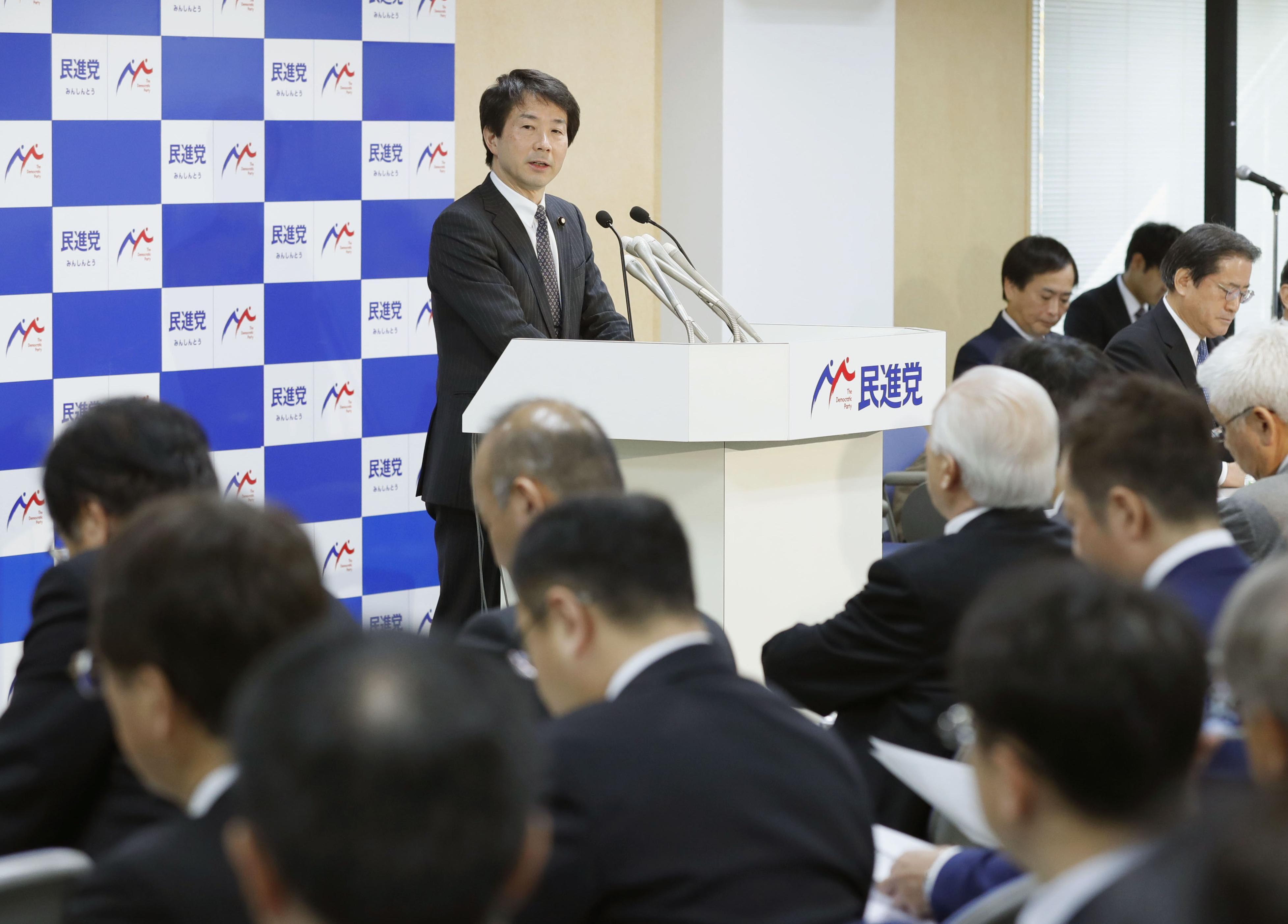 民進党の全国幹事会であいさつする大塚代表=16日午後、東京・永田町の党本部