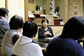市民団体「女性と人権全国ネットワーク」が開いたイベントで講演する佐藤かおり共同代表(奥)=9日午後、高知市