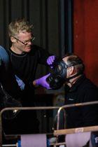 ロシア元情報機関員の襲撃事件の捜査で着用した防護マスクを外す警察官ら=8日、英南部ソールズベリー(ゲッティ=共同)