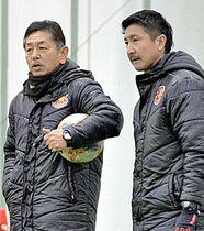 7年ぶりに福島に戻った時崎さん(右)。チーム練習では松田岳夫監督(左)をサポートする