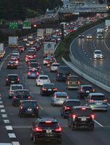 お盆休みのUターンラッシュが始まり、渋滞する東名高速道路の上り線=14日午後6時33分、神奈川県綾瀬市