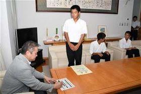 全国大会に向けた意気込みを市川市長に語る高橋さん(中央)