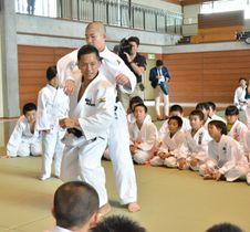 実技を交えて得意の背負い投げを教える野村忠宏さん(中央手前)