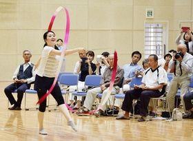 リボンの演技を披露する新体操の元日本代表の田中琴乃さん=5月26日、福井県越前市高瀬2丁目