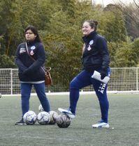 JFLに初昇格した鈴鹿アンリミテッドのミラグロス・マルティネス・ドミンゲス監督(右)=三重県鈴鹿市