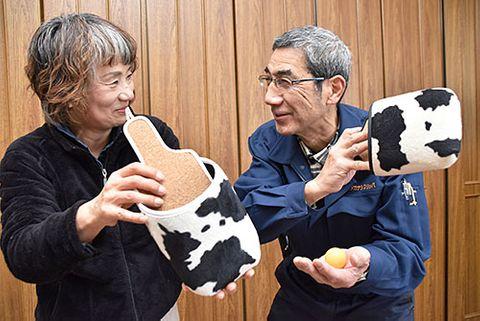 乳牛の白黒模様が特徴的なスリッパ卓球のラケット=河北町・タカナシスリッパ