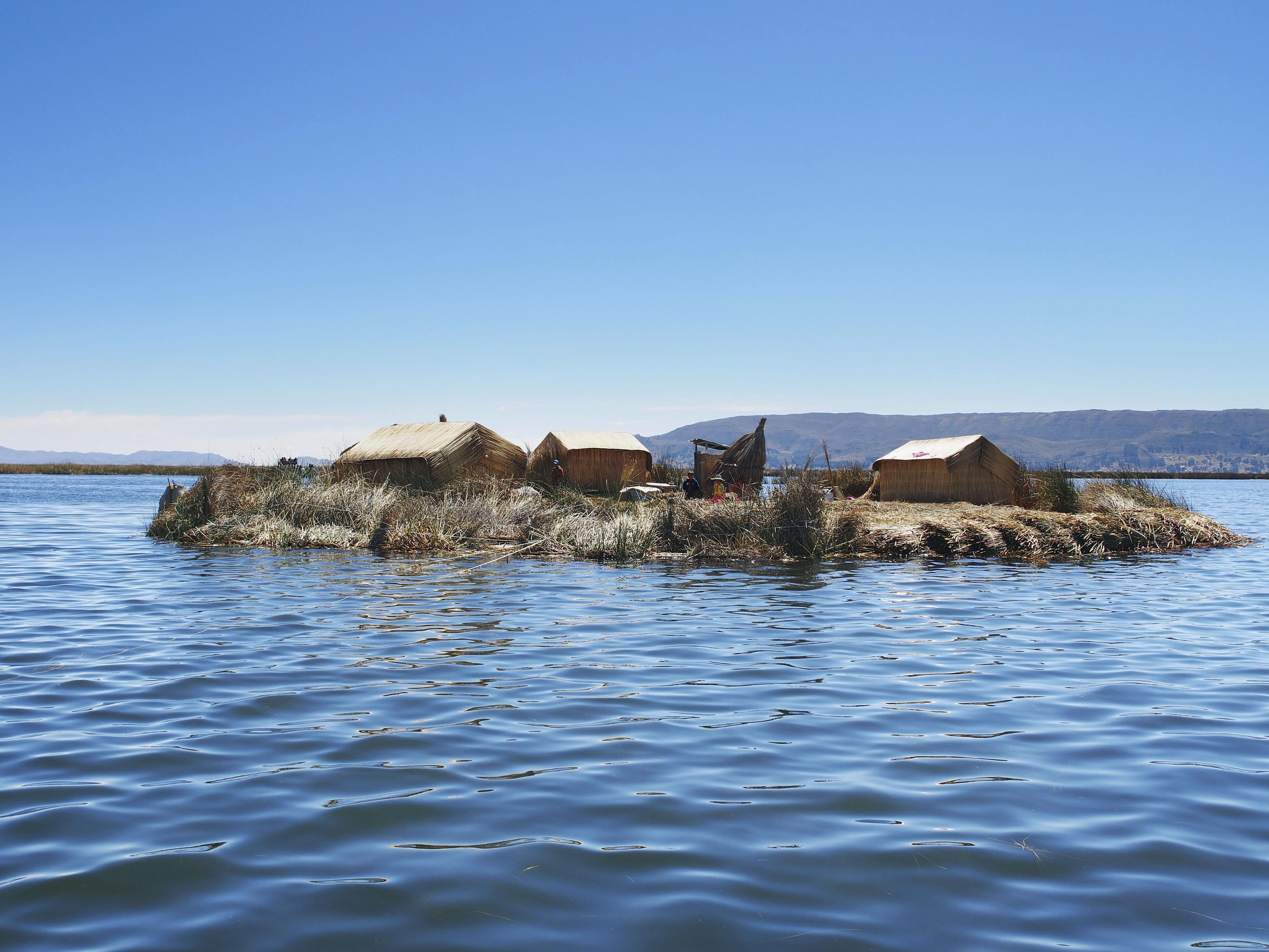ペルー南部ティティカカ湖に浮かぶウロス諸島。植物トトラを重ね合わせ、1年以上かけて作られた浮島は半世紀近くもつという=8月(共同)