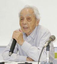 座談会で話す免田栄さん=17日午後、熊本市の熊本大