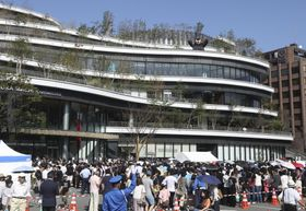 大型複合施設「サクラマチ クマモト」のオープンを待つ大勢の来場者=14日午前、熊本市