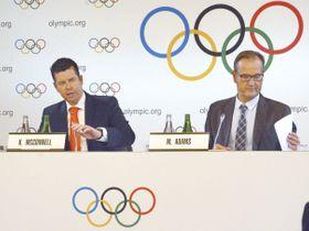 2020年東京五輪のボクシングの予選方式について説明するIOCのマコネル競技部長(左)ら=19日、スイス・ローザンヌ(共同)