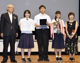 「短歌甲子園」で優勝した青森県立八戸高の生徒(中央の3人)=18日午後、盛岡市