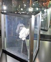 追加展示が始まったアポロ16号が持ち帰った月の石(手前)。右後方がアポロ15号により採取された石