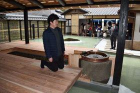 自然の息遣いが感じられる旧家を改修した建築作品と設計した三分一さん=香川県直島町