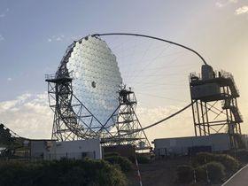 スペイン領カナリア諸島のラパルマ島に建設された最新鋭望遠鏡の1号機=9月(東京大宇宙線研究所提供)