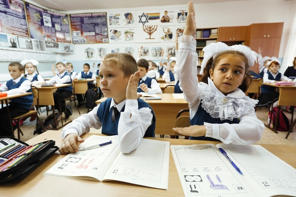 ビロビジャン23番学校のイディッシュ語の授業。教室の壁にはユダヤ史や年中行事についてのポスターが張られていた=ロシア・ビロビジャン(撮影・山下和彦、共同)