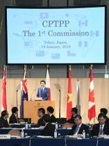 TPP委の冒頭、あいさつする安倍首相=19日午後、東京都内のホテル