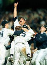 1996年10月、ワールドシリーズMVPに輝き、右腕を上げて喜ぶウェットランド元投手=ニューヨーク(ロイター=共同)