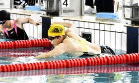 水泳(肢体)女子25メートル自由形 スピードに乗った泳ぎで優勝した龍川崇子選手=10月13日、福井県の敦賀市総合運動公園プール